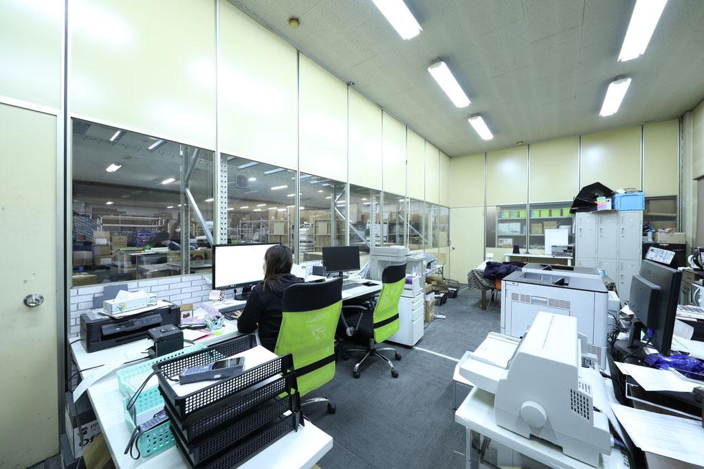 入出庫、梱包発送、すべてシステムで管理されています。