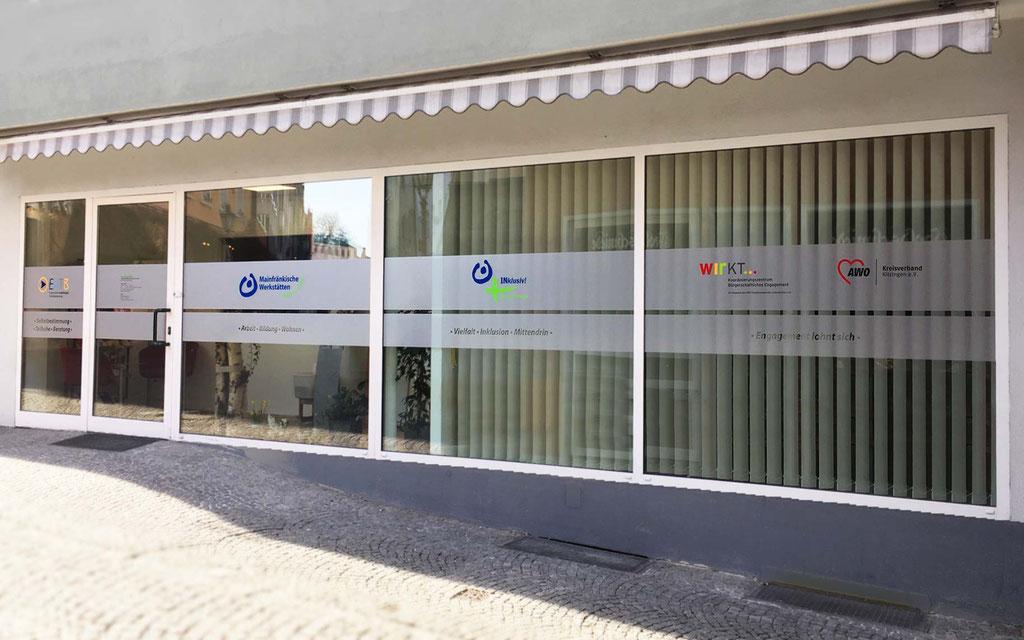 Sichtschutz-Fensterbeklebung mit Mattglasfolie, Milchglasfolie mit Plotfolienbeschriftung, Werbetechnik