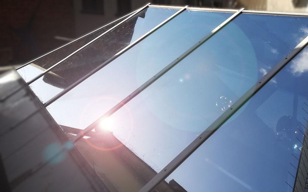 Fensterfolierung einer Glaskuppel mit Sonnenschutzfolie gegen unerwünschte Sonneneinstrahlung und verminderte Hitzeentwicklung