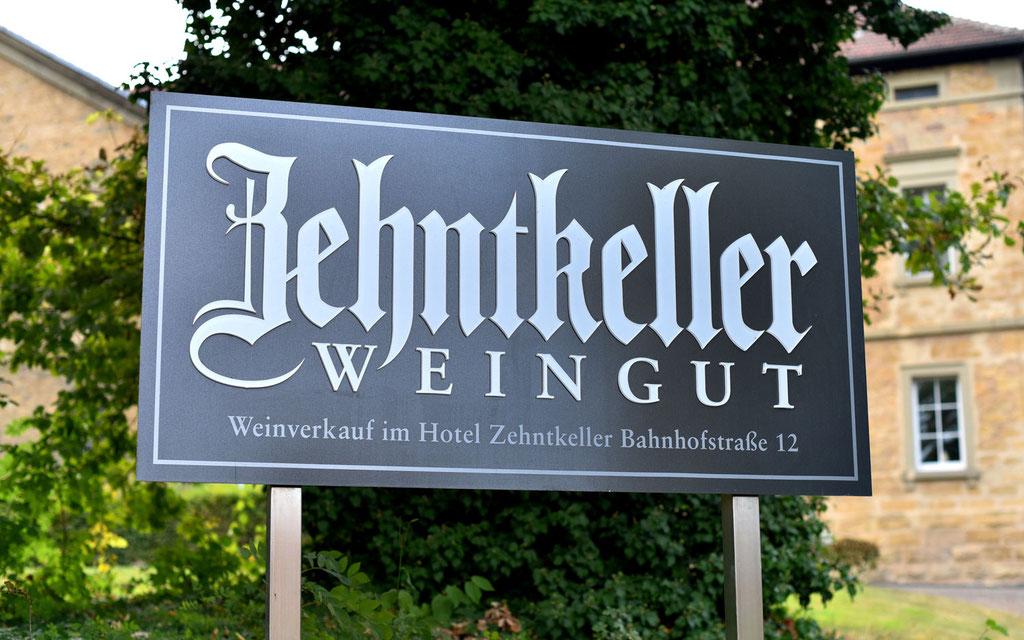 Exklusives Firmenschild Weingut Zehntkeller. Firmenlogo aus Acrylglas gelasert, Kanten hochglänzend, Front matt.