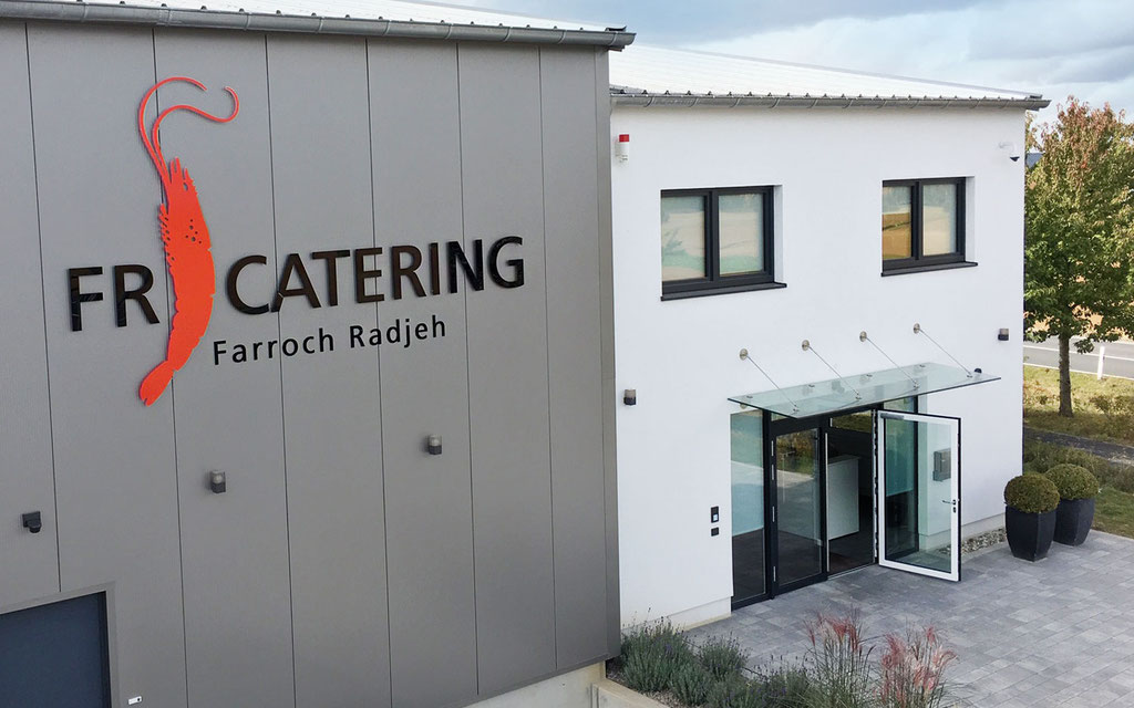 Fassadenbeschriftung mit Logo auf Firmengebäude mit Einzelbuchstaben