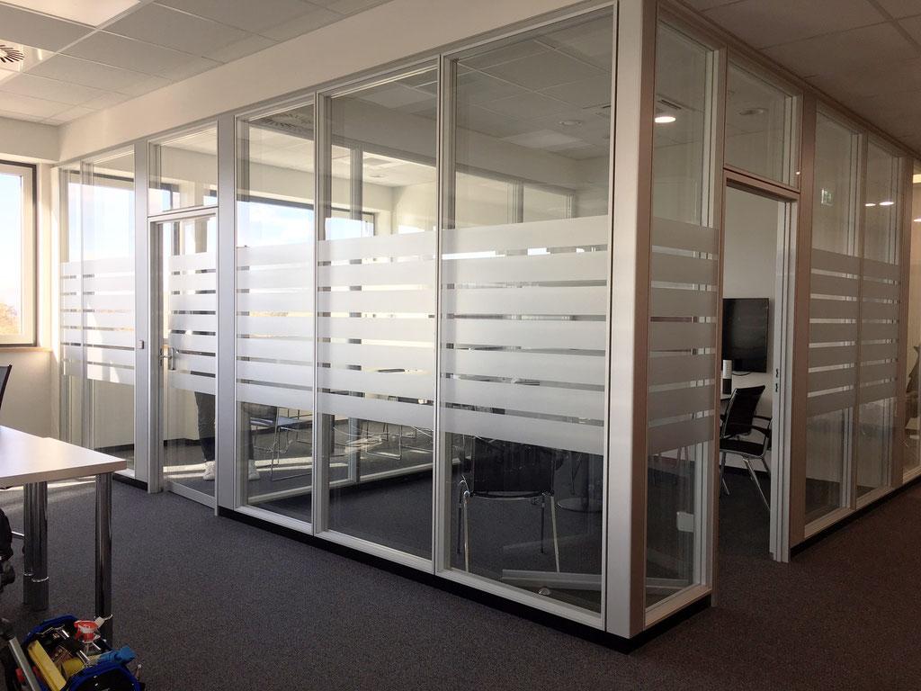 Glasdekorfolie Büroräume, Satinierung mit Mattglasfolie, Sichtschutzbeklebung, Flachglasfolierung