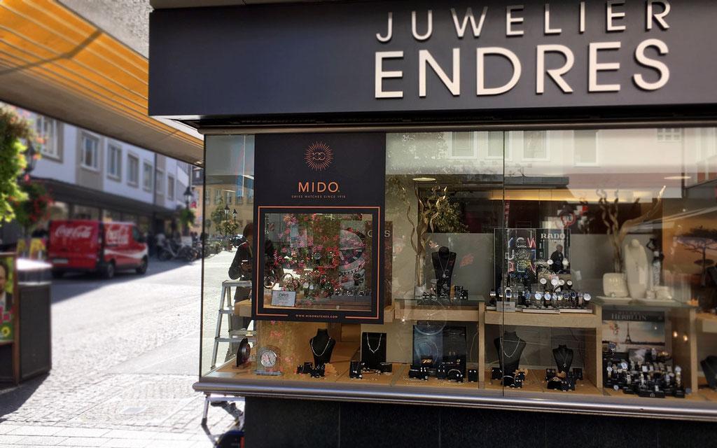Schaufenster mit Folienbeklebung eines Juweliers für Markenpräsentation, Schaufensterwerbung