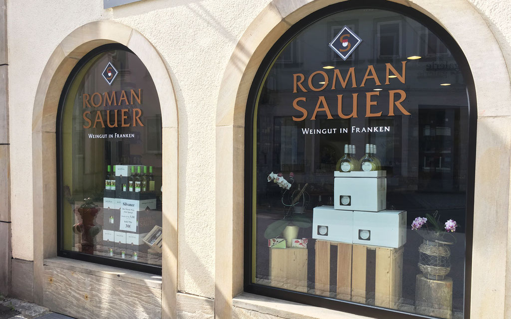 Beklebung bzw. Beschriftung des Schaufensters einer Vinothek in Franken