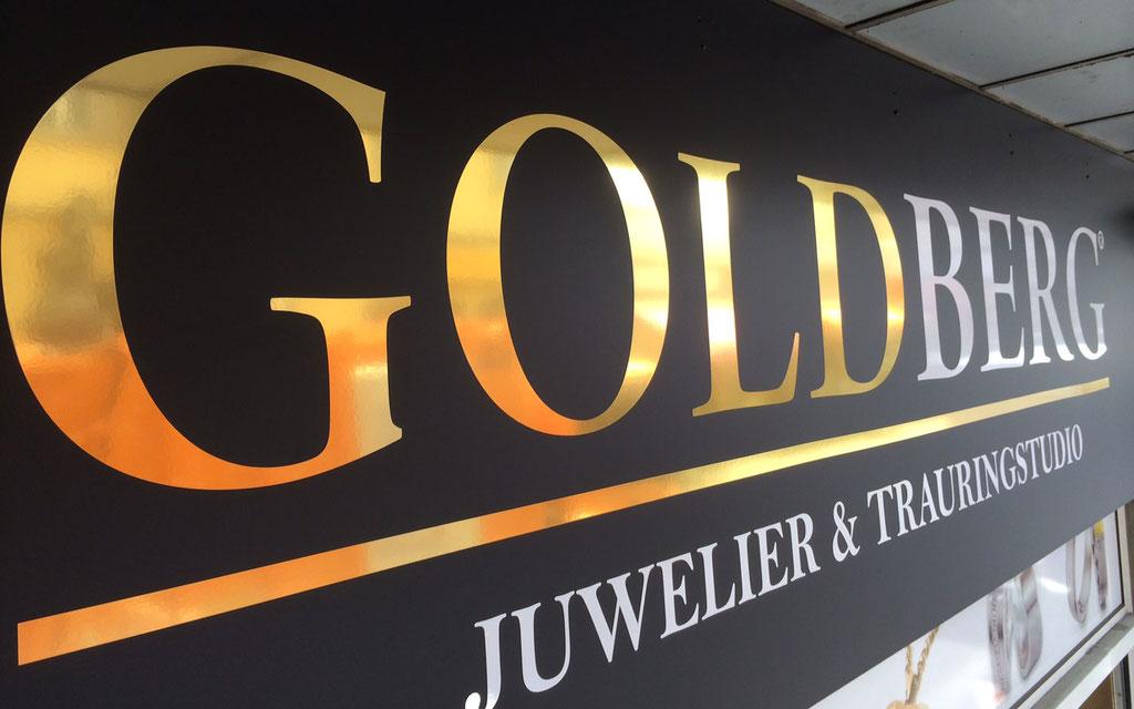 Firmenschild mit Goldfolie beschriftet auf Aluverbundplatte in schwarz-matt Folierung