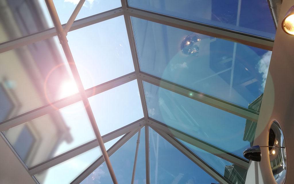 Flachglasfolierung einer Dachkuppel mit Sonnenschutzfolie gegen unerwünschte Hitzeeinstrahlung