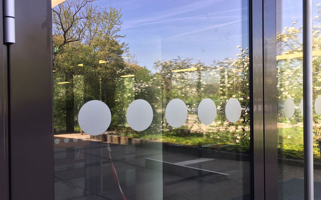 Glasdekorbeklebung als Auflaufschutz für Glastüren. Sicherheitsbeklebungen in Alten-, Pflege- oder Seniorenheimen, Schule oder Kindergarten