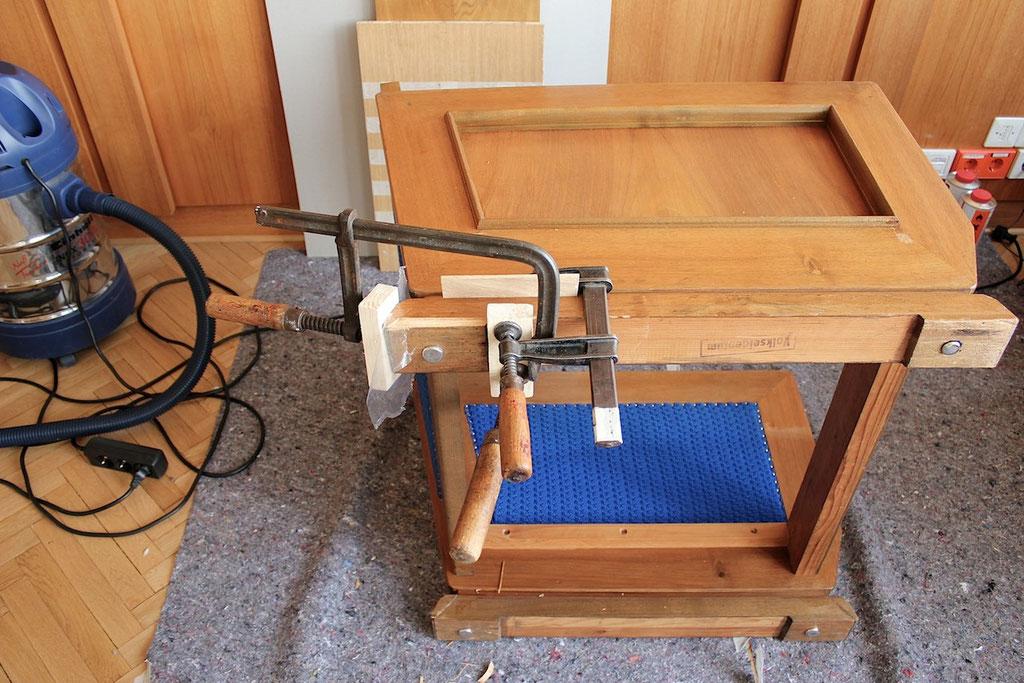 Restaurierungsarbeiten am Sessel aus dem Mielke-Büro | Foto: A. Fehse, 2012