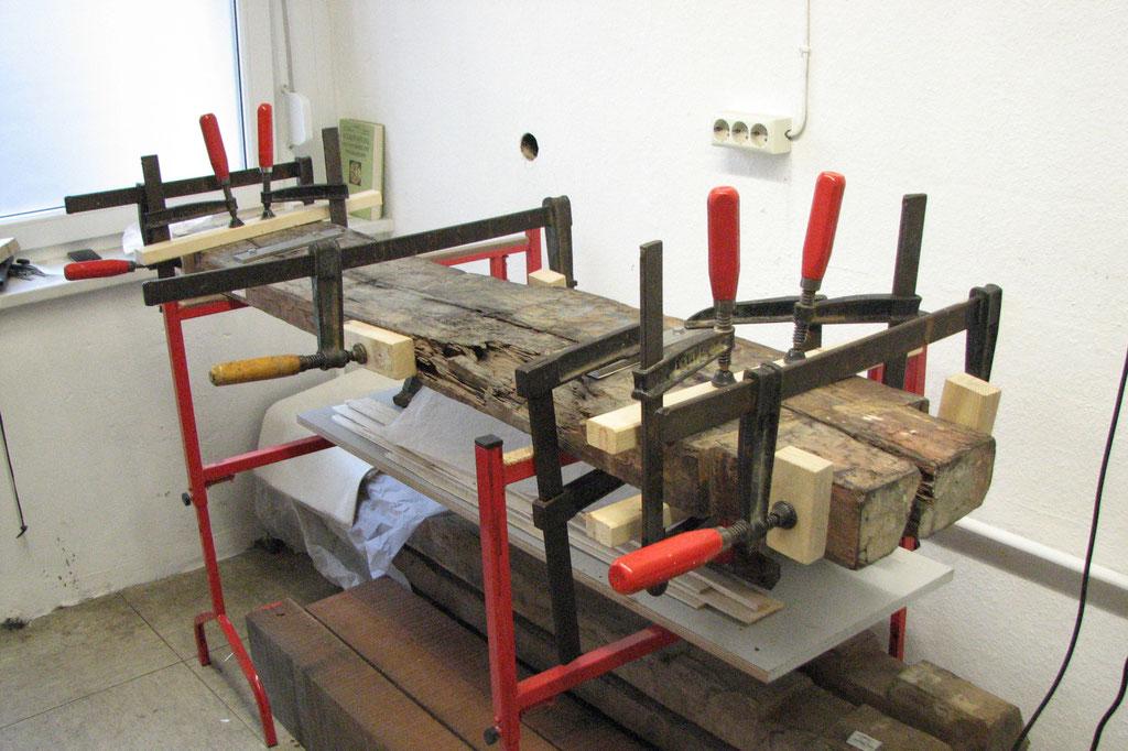 Verleimungsarbeiten an einem Bauteil | Ethnologisches Museum, SMB-SPK Berlin | Foto: A. Fehse, 2014