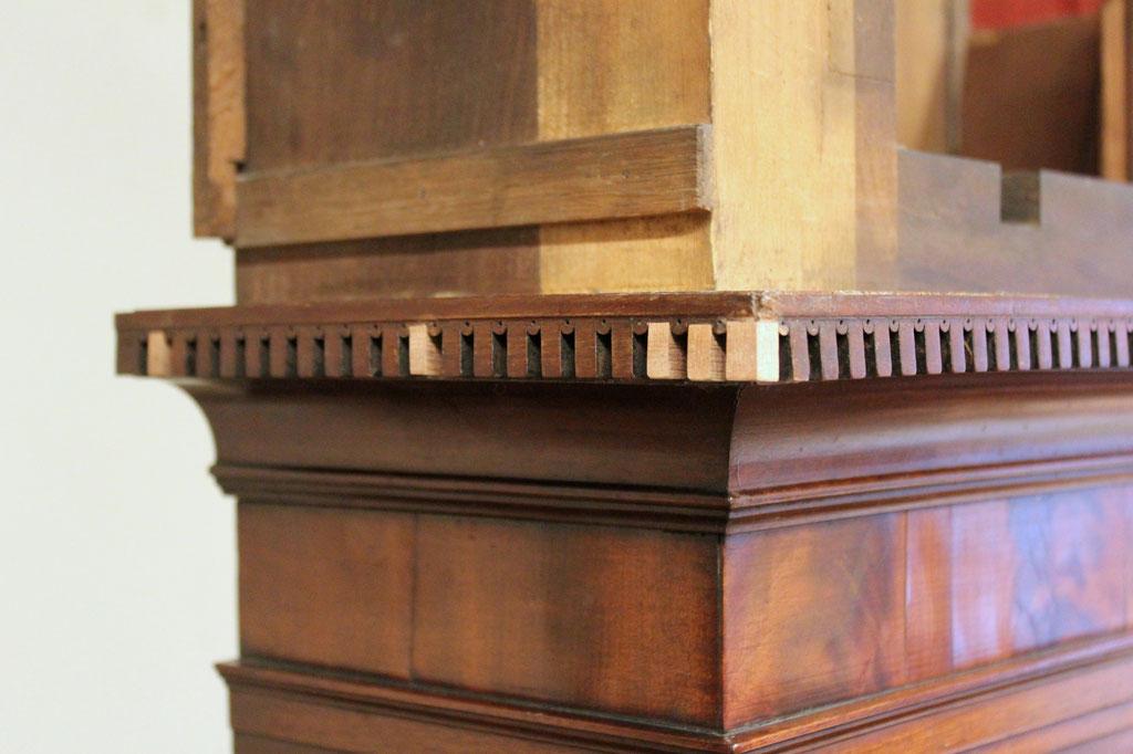 Holzergänzungen am umlaufenden Fries vor der Retusche | Foto: A. Fehse