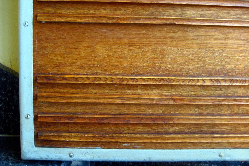 Heizungsverkleidung im Treppenhaus - ergänzte Lamellen einschl. Retusche | Foto: A. Fehse, 2012