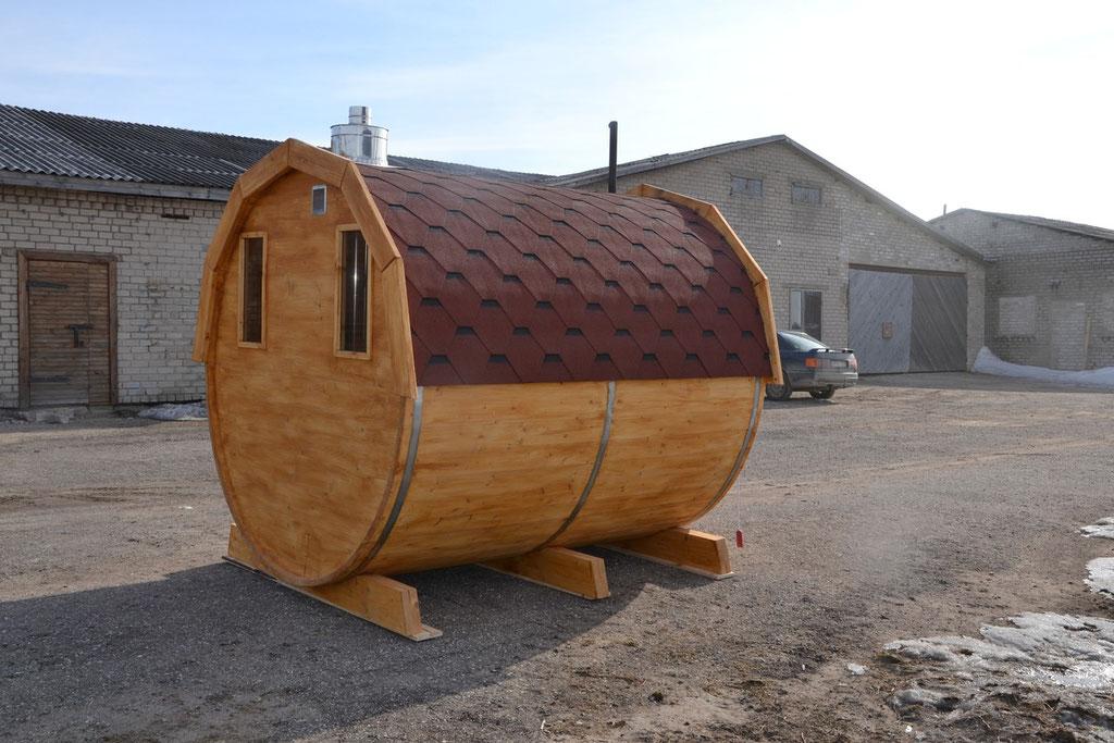 techo marrón y madera teñida