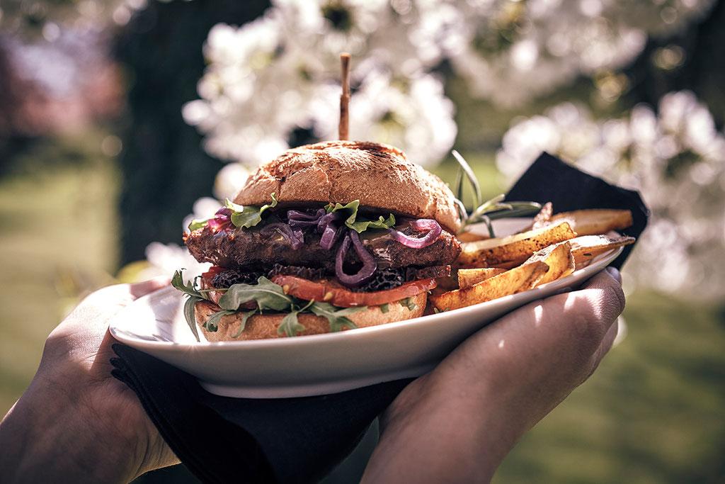 Wildfleisch Burger frisch in unserem großen Außenareal präsentiert.