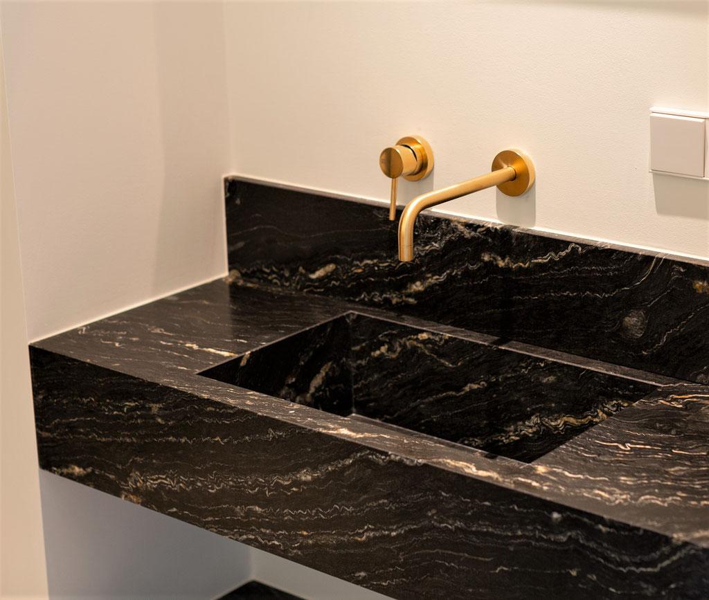 Zwart graniet met goud. Luxe in de badkamer