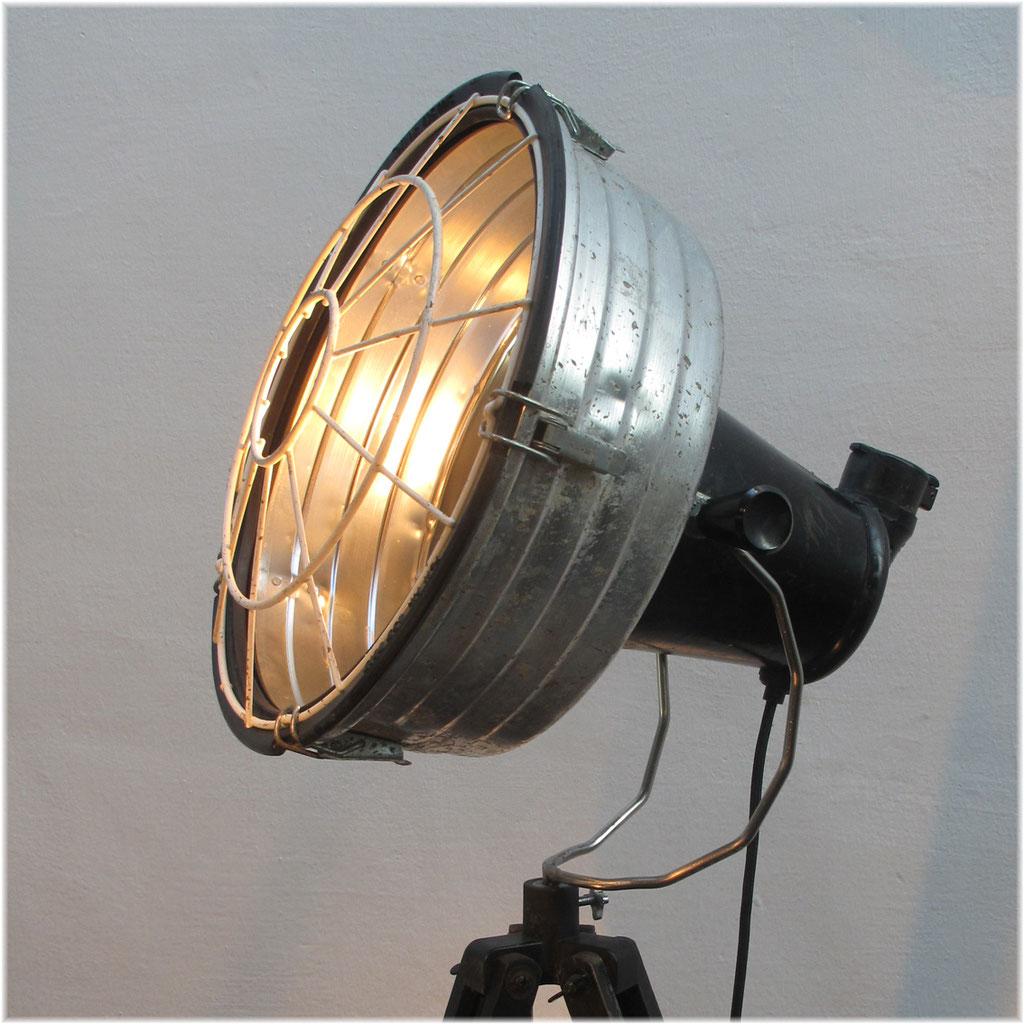 Lichtobjekt Baustellenlampe auf Tripot Kraftobjekte Wolfgang Wallner Hall in Tirol