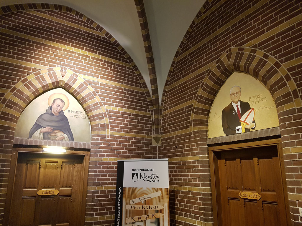 In de kloostergang van het Dominicanenklooster te Zwolle waren nog een paar lege plekken. Deze heb ik aangevuld met 2 nieuwe afbeeldingen. Rechts mijn werk, links een van de reeds aanwezige schilderingen door Pater van Bergen.