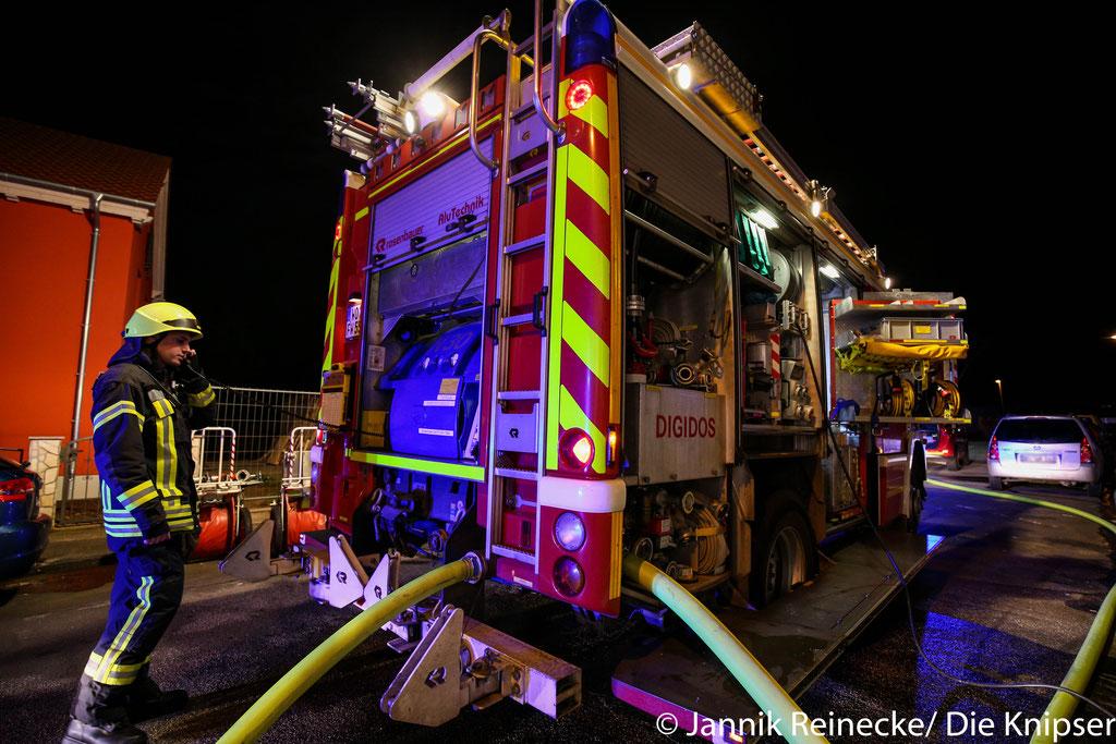 Als die Feuerwehr eintraf, wurde ein Großteil der Flammen bereits durch zwei Anwohner mit dem Feuerlöscher gelöscht.