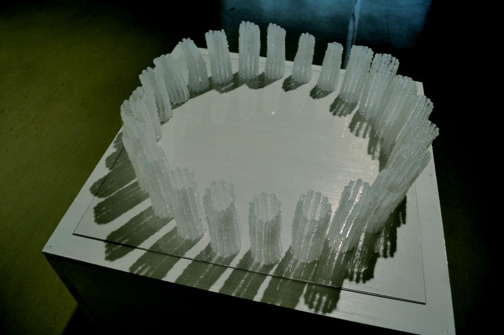 『撃つⅡ』 接着剤樹脂、プラスチック板 13 × 45 × 45(cm)