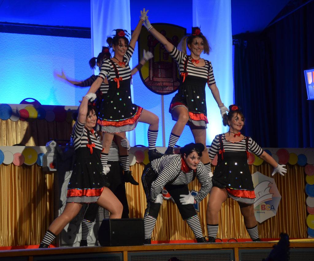 "Tanzgruppe Phönix aus Groß-Gerau mit ihrem Tanz ""Vive La France""."