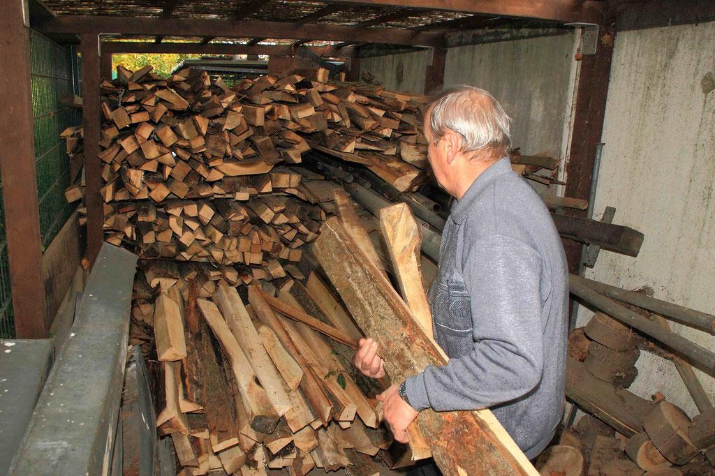 Bereits im Herbst wird  das Holz für das nächste Osterfeuer trocken eingelagert.