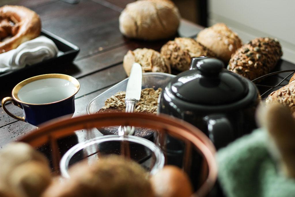 Frühstückstisch voll mit Gebäck