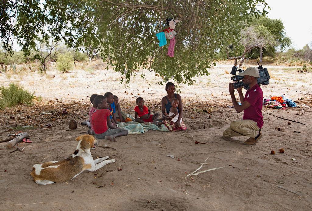Ein Kameramann aus Maputo filmt Armut auf dem flachen Land, Mosambik