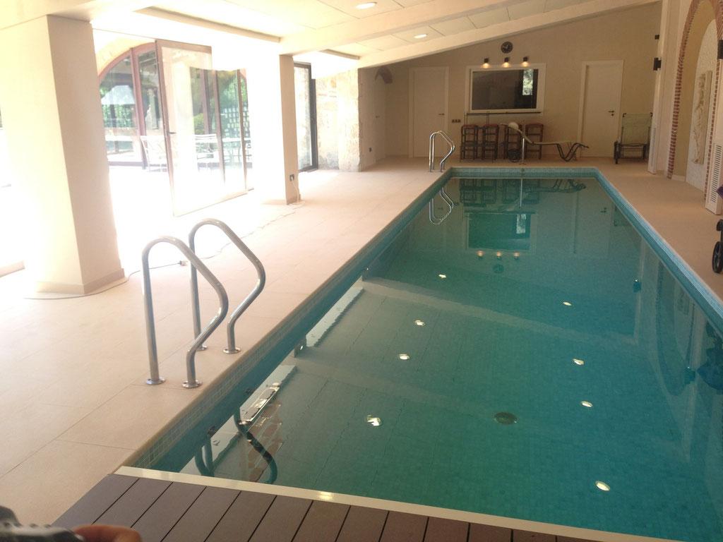 13 metros de piscina con estatuas