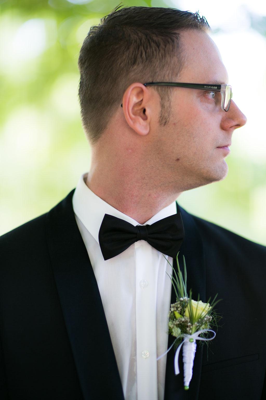 Bräutigam schaut nach rechts im Styleshooting