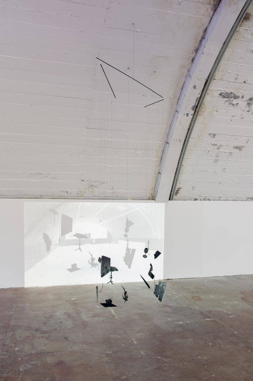 Ausstellungsvorrichtung, 2016, Stahl Zwirn Fotopapier Wachs Pigment Dia Diaprojektor, variabel