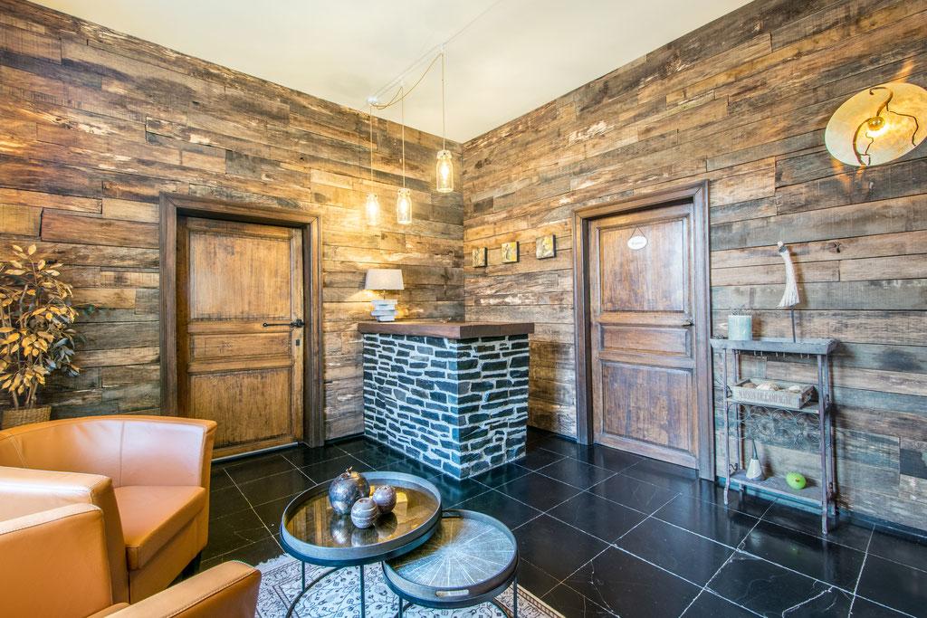 Rénovation d'un living à 5560 Houyet Catherine Colot décoratrice UFDI Rochefort: bar - parement bois - luminaire