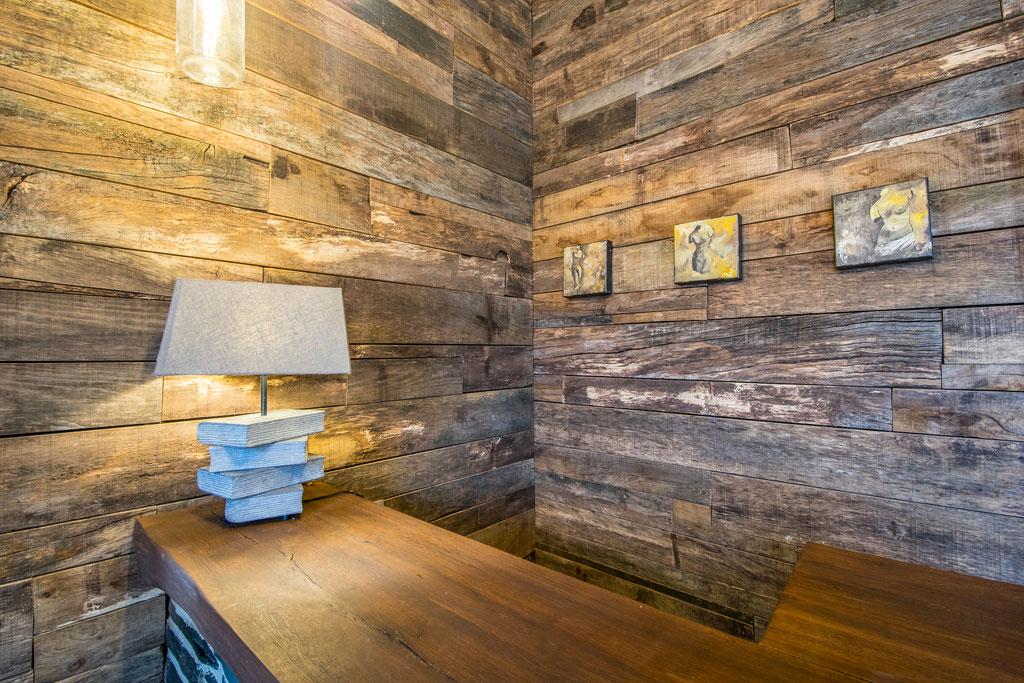 Rénovation d'un living à 5560 Houyet Catherine Colot décoratrice UFDI Rochefort: Bar en pierre et bardage en vieux bois