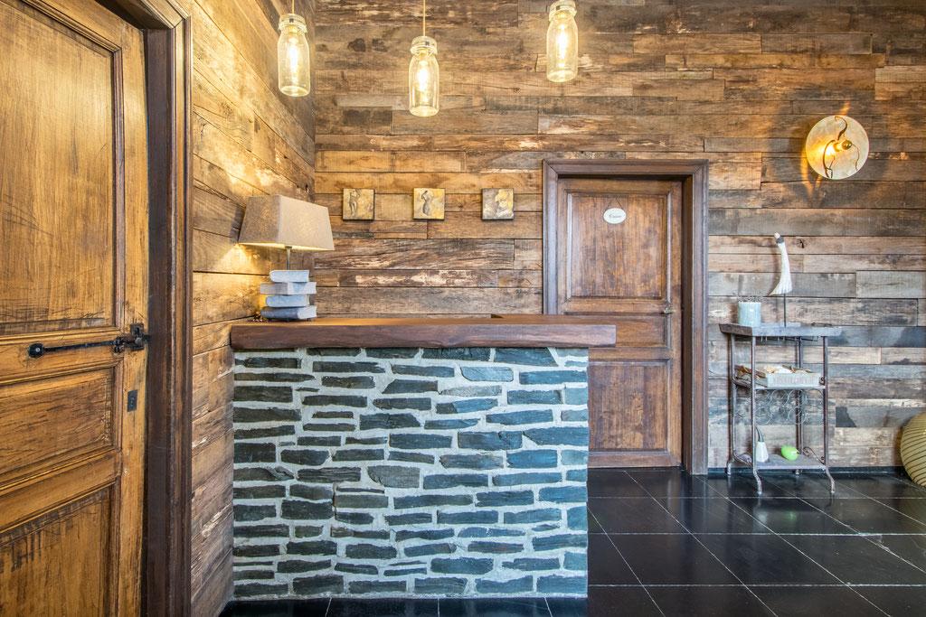 Rénovation d'un living à 5560 Houyet Catherine Colot décoratrice UFDI Rochefort: bar en pierre et bardage en vieux bois, luminaires sur mesure