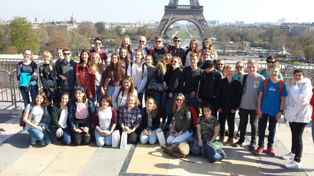 Gruppenfoto vor dem Tour Eiffel.