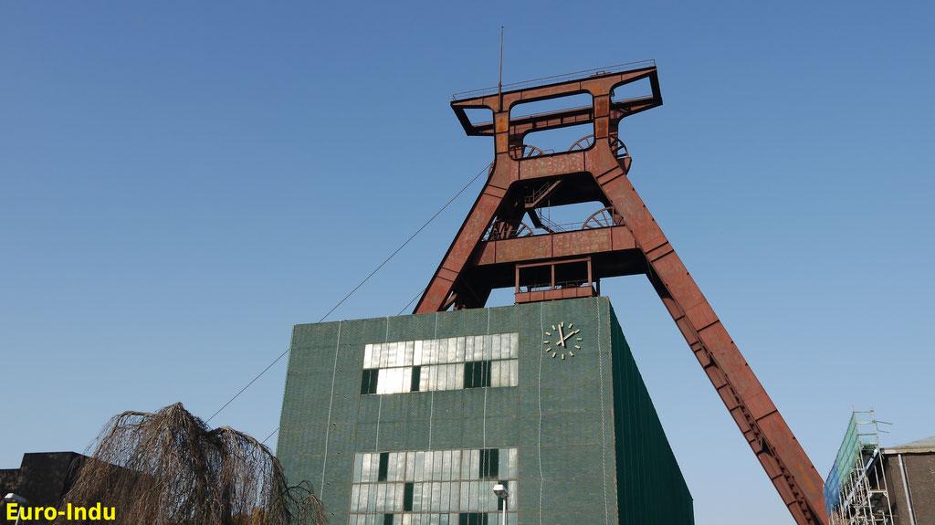 Schacht 3 oder auch Schacht Wilhelm erhielt 1953 das für Wanne-Eickel markannte Doppelbockgerüst und wird gerne als kleiner Bruder von Zollverein bezeichnet