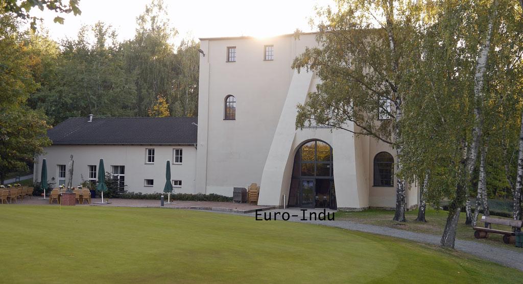 Maschinenhaus und Treibehaus von Schacht 4. In der ehemaligen Anlage hat heute der Golfplatz Zwickau seinen Sitz gefunden.