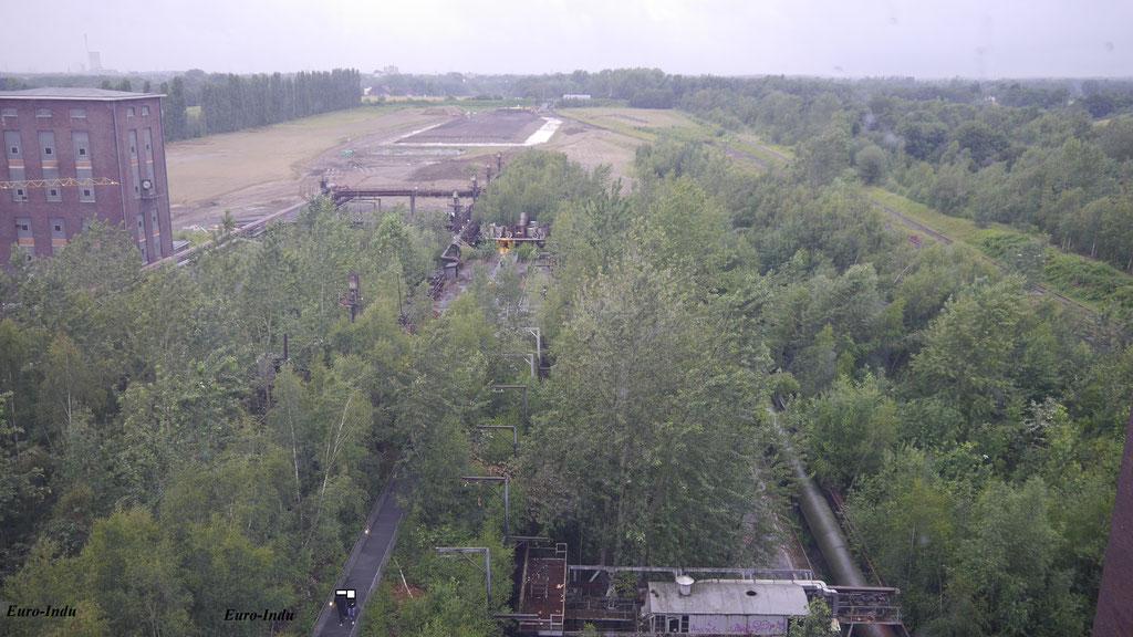 Blick über die Anlagen das Laborhochaus rechts und der freigeräumten Flächen(2016)