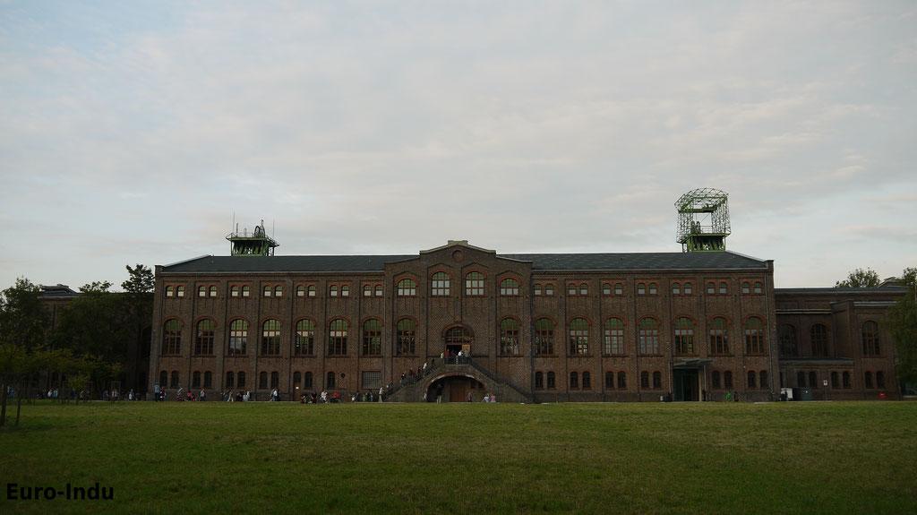 """Blick auf das """"Schloss der Arbeit"""""""