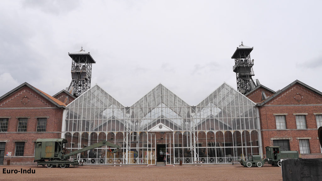 Schacht 1(rechts) und 2(links) mit Fördermaschinen und dazwischen errichteter Maschinenhalle für Großmaschinen