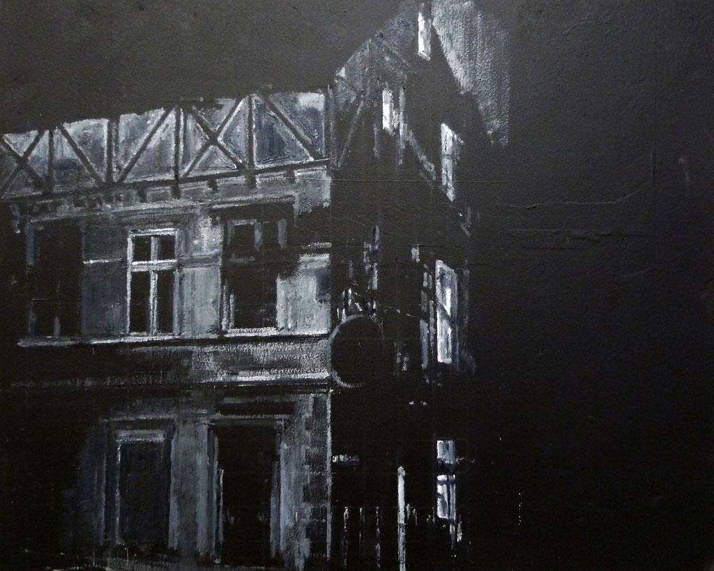 Heike Ruschmeyer: *Schwarz auf Weiß (13 II) - Solingen/29. Mai 1993 I*, 2014, Kreide, Kunstharz, Ölfarbe/Karton, 40 x 50 cm