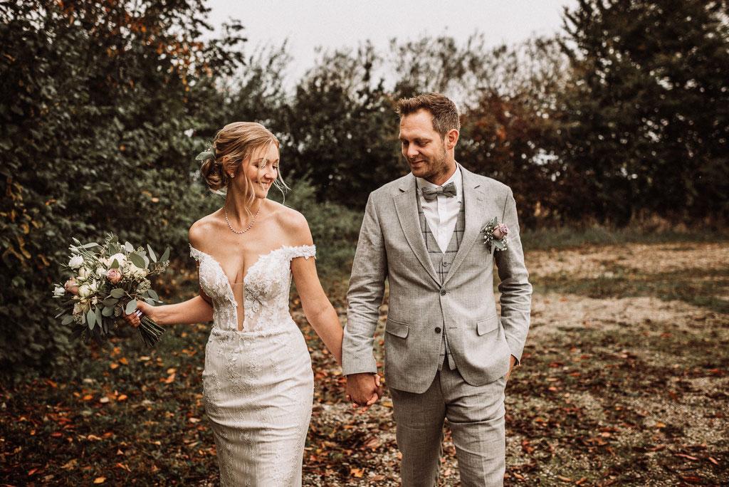 Herbsthochzeit mit glücklichem Brautpaar