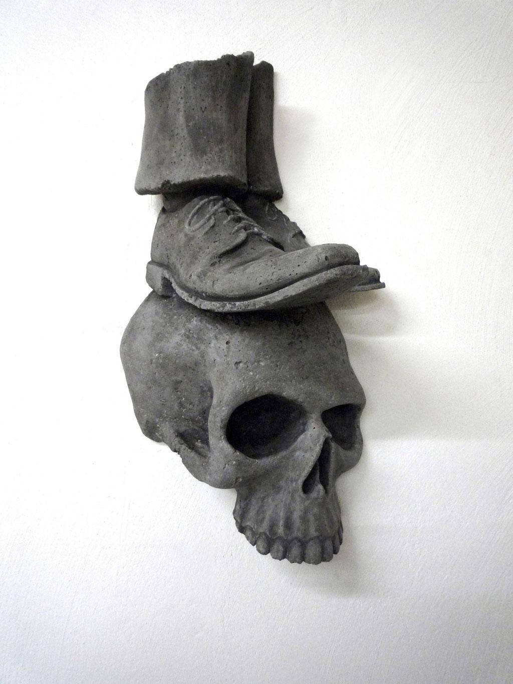 Mann auf Schädel, ca. 55x32x25cm, Beton, 2015