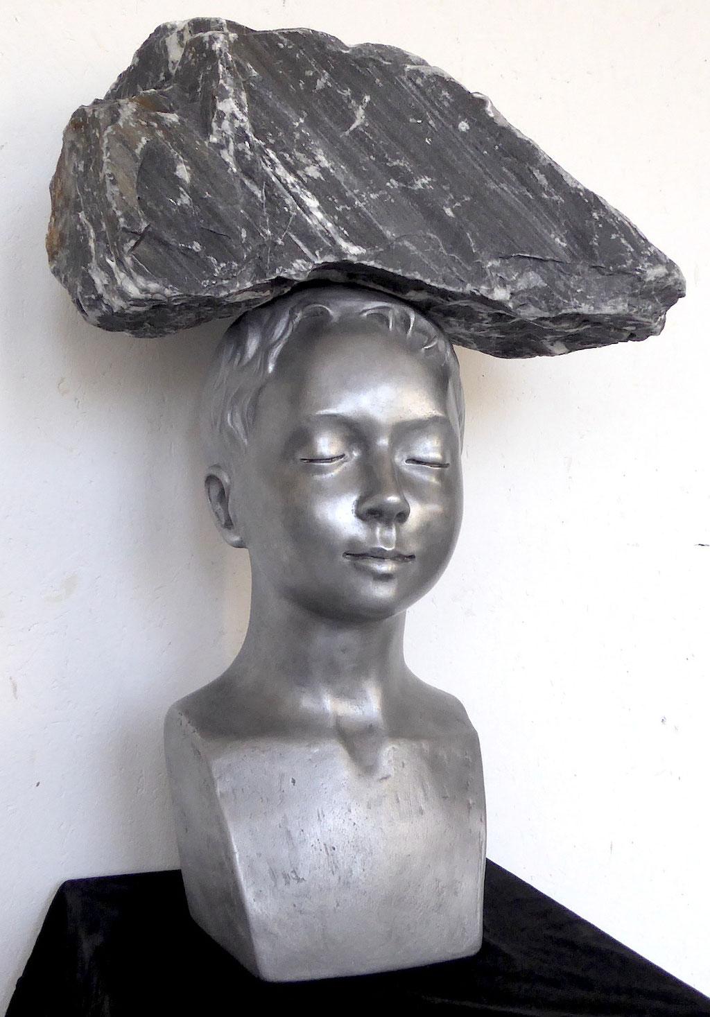 Knabe mit Fels, ca. 60x35x30cm, Aluminiumguss/Stein, 2018