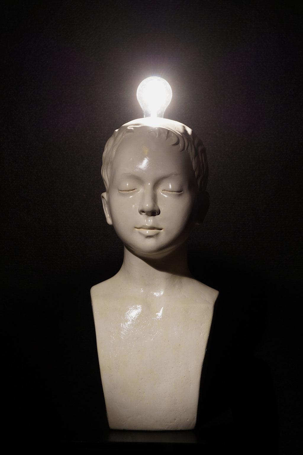Knabe mit Glühbirne, ca. 55x23x25cm, Alabastergips/Glühbirne, 2016