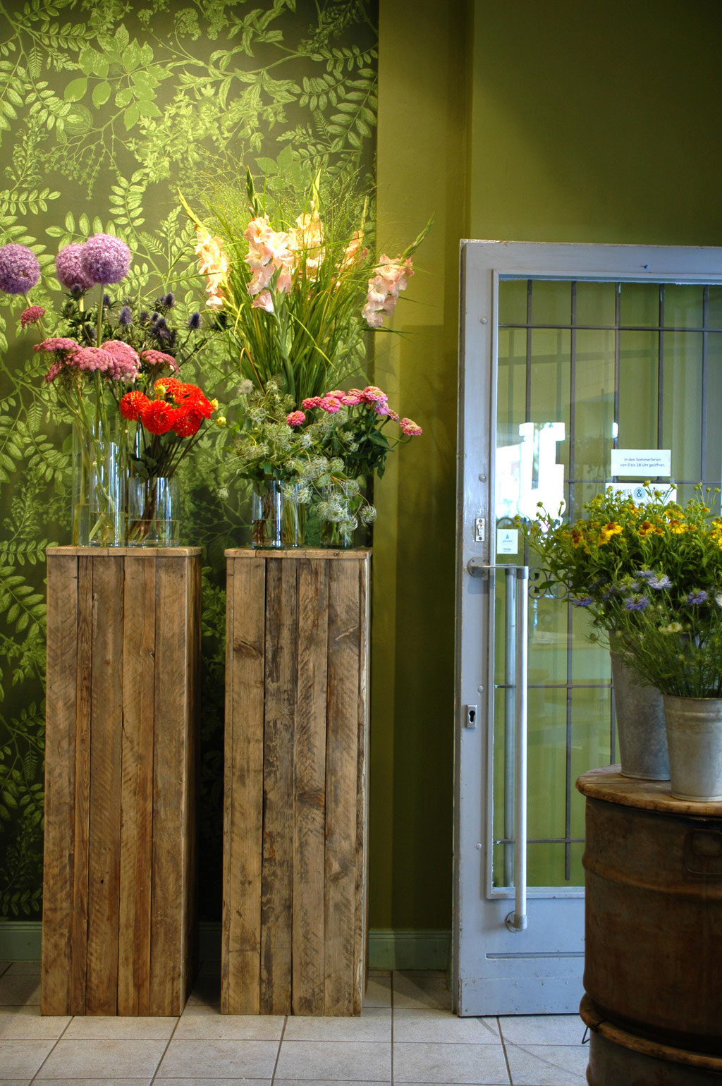 redesign for a flower shop with an individually recolored wallpaper and matching wall color