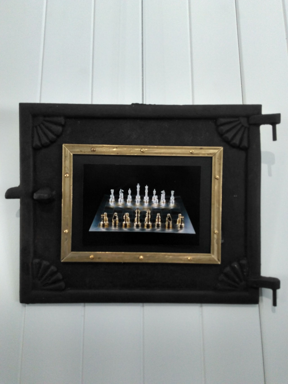 """Cadre pour photo 5"""" x 7"""" fait avec porte de cheminée 10"""" x 12"""", acier, laiton, 2020 $120.00"""