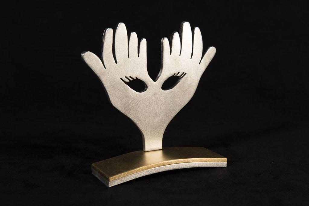 Les main masquées, 7''haut x 7'' large, aluminium, laiton, 2015, trophée pour le gala C.D.C.