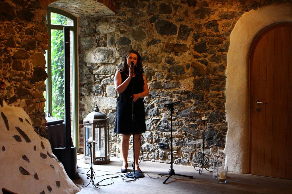 ... kleine Sängerin in kleiner Nische. :)