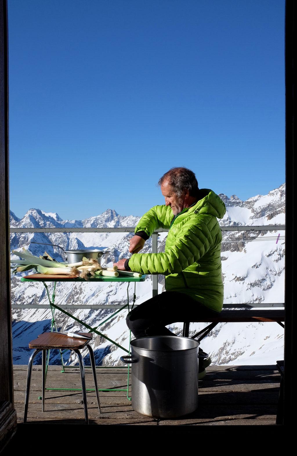 au printemps 2017, le matin sur la terrasse du Promontoire, avant que les skieurs n'atteignent le refuge, l'annexe de la cuisine...