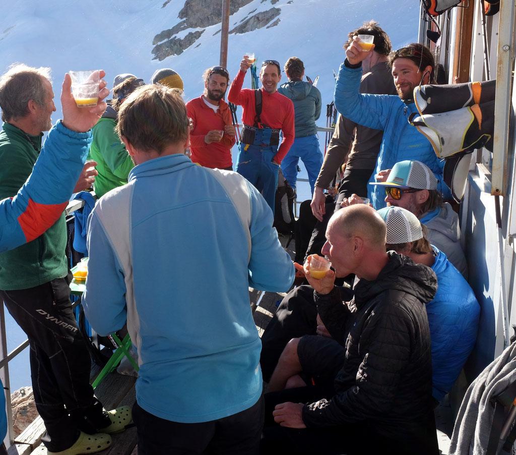 Au printemps dernier : le planteur avec les skieurs sur la terrasse du Promontoire au soleil couchant...