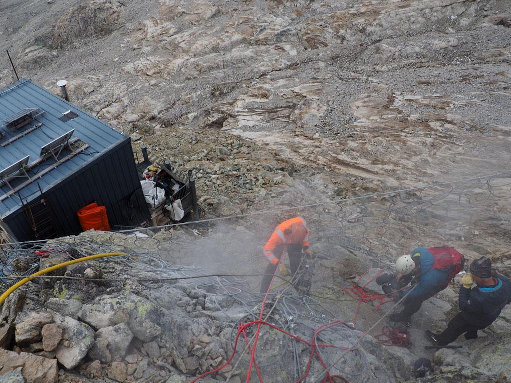 Hier encore opération de forage au dessus du filet provisoire de protection du refuge